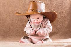 bb-dr-le-dans-un-grand-chapeau-de-cowboy-41184485